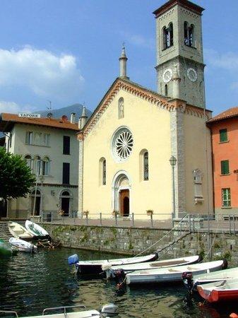 Como, Italia: Iglesia de Torno.Pequeña iglesia, situada en el pequeño muelle del pequeño pueblo de Torno, a