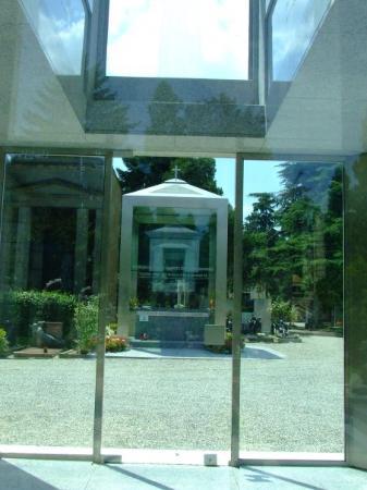 Milan, Italy: Tumbas de cristal. Eran muy bonitas y modernas, casi todas las tumbas de este cementerio transm