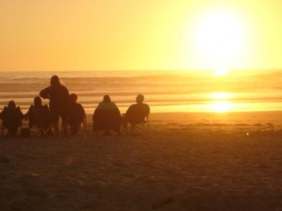 ติลลามุก, ออริกอน: In the evening, folks from the camp will sit on the beach to watch the most incredible show.....