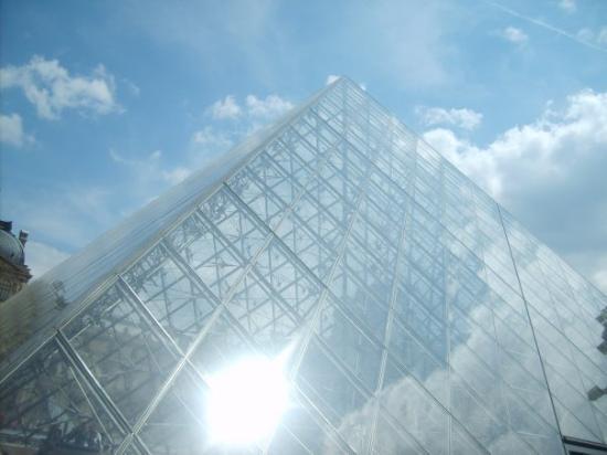 Le Louvre des Antiquaires: louvré pyramid