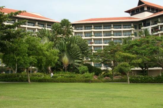 แชงกรีลาส์ ตันจุง อารู รีสอร์ท แอนด์ สปา: The Garden Wing of our hotel (Shangri-La's Tajung Aru). One of these was our room.