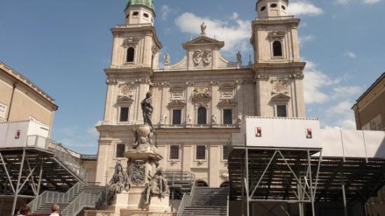 มหาวิหารซอลซ์เบิร์ก: Dome with festival stage 'Jedermann'