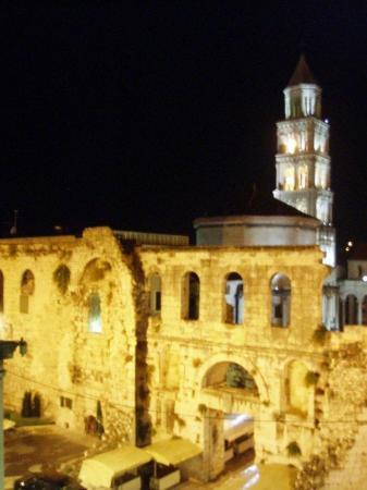 พระราชวังดิโอเคลเชียน: diocletian's palace was across the street from our hostel and i WAS SO HAPPY ABOUT IT