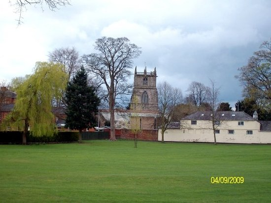 Освестри, UK: Middle of the Park looking at the church