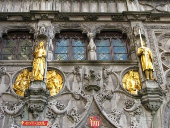 บาซิลิกาออฟเดอะโฮลีบลัด: 聖殿外面的雕刻和箔金像.