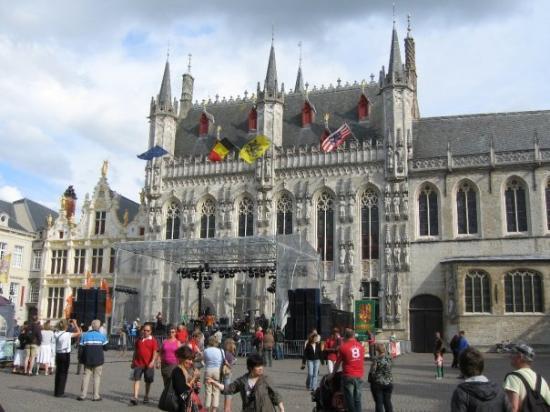 ทาวน์ฮอลล์: Gotische zaal (Gothic hall)/ Stadhuis (Town Hall) 唔知點解當地旅遊地圖上面, 呢個建築物有兩個名... 我諗佢原本應該叫Gotische