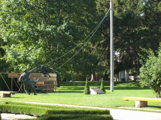Stratford, Kanada: the statue about raising the tent pole