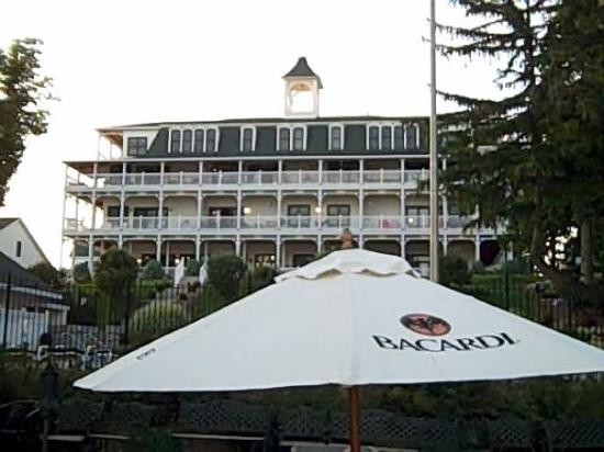 Victorian Village Resort: Main building from the lake at Victorian Village
