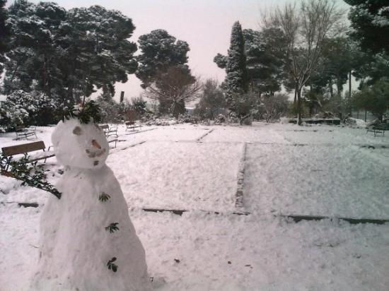 Azuqueca, إسبانيا: Muñeco de nieve y pistas de petanca / bolos