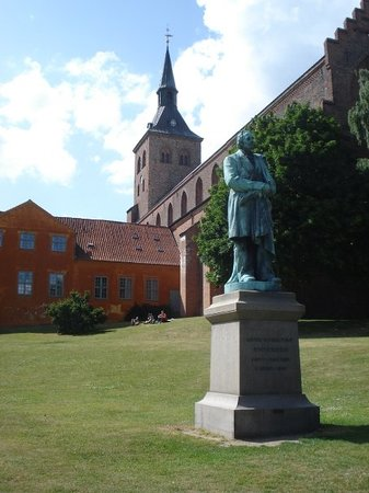 Sankt Knuds Kirke: Church in Odense, Denmark with a statue of Hans Christian Andersen.