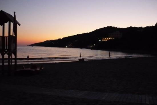 Marina di Casal Velino, Italy: marina di casalvelino - spiaggia sotto la torre al tramonto