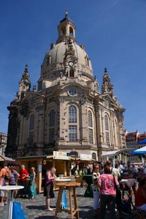 เฟราเอนเคอร์ค: 這天的聖母教堂前廣場化身成為諾大的葡萄酒莊。許多附近的酒莊前來推銷自己得意的作品。 However, due to city festival, the square in front of