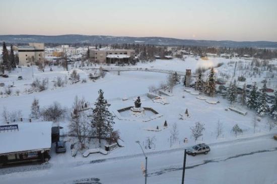 """แฟร์แบงค์, อลาสกา: Looking out my hotel window (6th floor) at the Fairbanks Visitor's Center, Park and """"Chena River"""