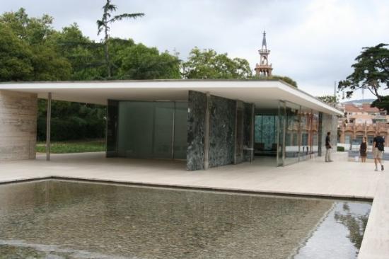 Padiglione di Barcellona di Mies (particolare del doppio vetro opaco con luce...