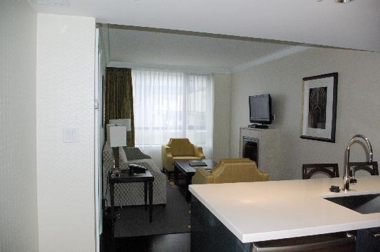 L'Hermitage Hotel: Suite with living room and kitchen
