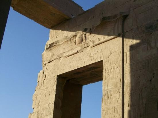 Kom Ombo, อียิปต์: Next stop after Edfu was the temple of Sobek, the crocodile headed god.  It was so packed gettin