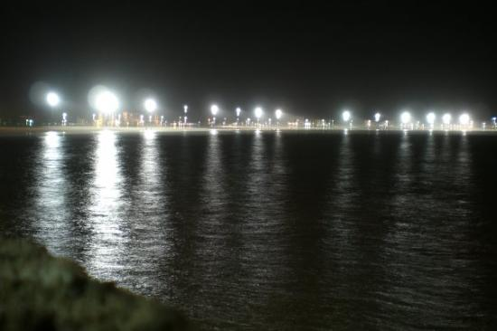 Essaouira Fishing Port: Plage Essaouira nuit.