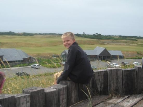 แบนดัน, ออริกอน: Ben overlooking Bandon Dunes.  He hope to play this course someday.