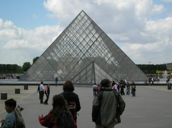 อองเชส์, ฝรั่งเศส: Pyramid of Louvre