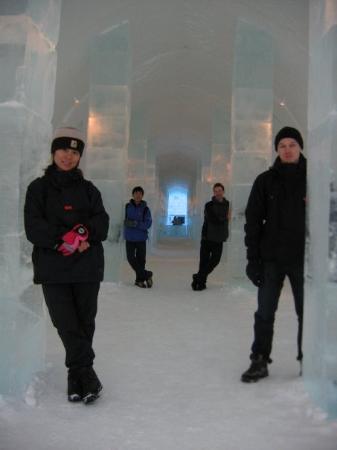คีรูนา, สวีเดน: Posing inside the Ice Hotel lobby in Kiruna, Sweden. Amazing techniques and artworks all made fr