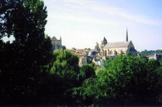 ปัวตีเย, ฝรั่งเศส: Poitiers as seen from the Chemin des Crêtes. A glimpse of Sainte Radegonde and Cathedral.