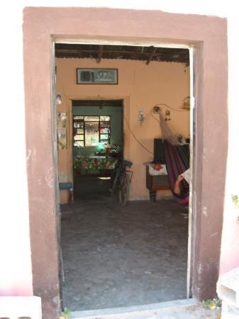 Celestun, เม็กซิโก: Tyypillinen meksikolainen koti. Ovet ja ikkunat ulos asti auki. Riippumatto olohuoneessa, muuten