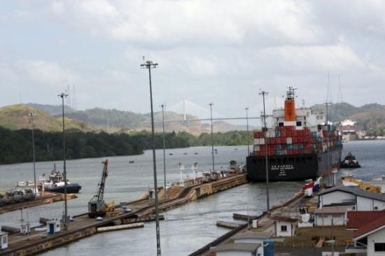 คลองปานามา: a different ship..leavin the canal