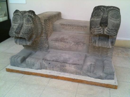 Aleppo Museum: aleppo: trono con leone che ride e che piange