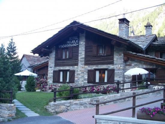 Il nostro hotel in Valnontey, a meno di 3Km da Cogne in una valle fantastica ... stupendo!!!
