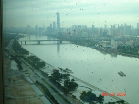 กวางเจา, จีน: Pearl River in Guangzhou on clear day.