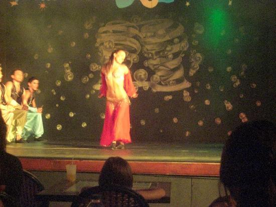 MARTI La Perla: Gul belly dancing
