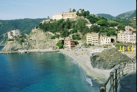 Monterosso al Mare, Italien: Where I want to own my lemon farm B&B and die a happy woman. Cinque Terre, Italy.  Oct '07