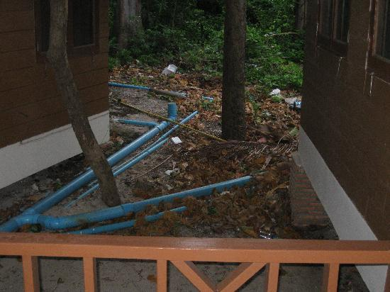 Samed Cabana Resort: Rear of veranda (smelly rubbish)