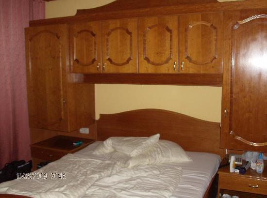 Sankt Kanzian, Østerrike: Die braunen Möbel muffeln zwar nicht so, jedoch entsprechen solche Zimmer keineswegs der 4 * Kat
