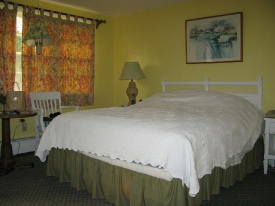 CapeWind Waterfront Resort: Our room
