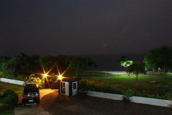 La Pernela Beachfront Resort: night view from the 2nd floor, soo quiet