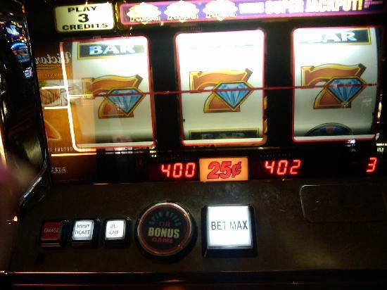 โรงแรมซีซาร์ พาเลส: Winning across the street at Bills
