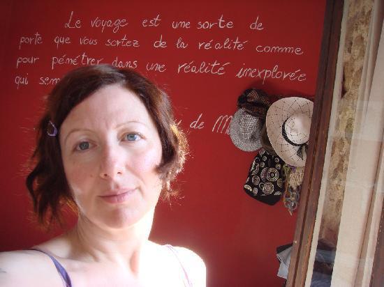 Hotel Attiki: Muro interno della camera con frase di Guy De Maupassant