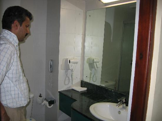 Katunayake, Sri Lanka: Clean Bathroom with phone, hair dryer...