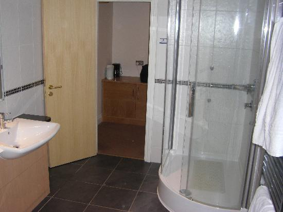 Lutterworth, UK: Shower and sink in bathroom