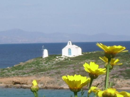 Vravrona, Greece: petit chapel à gauche de l'hotel