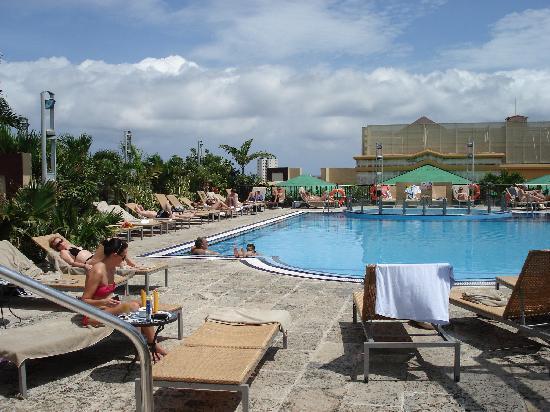 IBEROSTAR Parque Central: La piscina en el tejado, grande y con buenas vistas sobre la ciudad