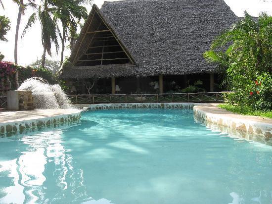 Scorpio Villas: piscina con vista su ristorante