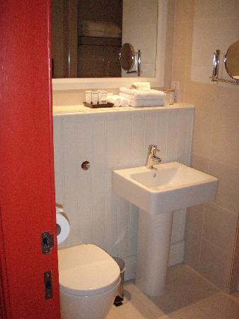 Velvet: Standard room 2nd floor - Toilet and sink