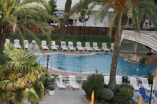 GHT Oasis Park & SPA: esta pisccina sera la cubierta , ahora no habia quien se metiese de fria.