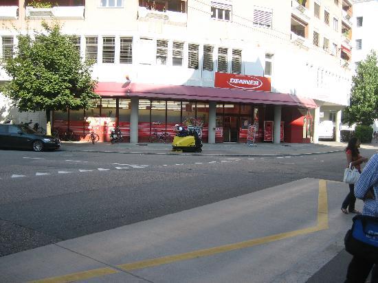 ibis budget Luzern City: Neighboring Supermarket