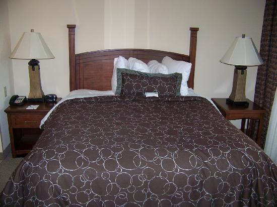 Staybridge Suites Milwaukee West Oconomowoc: Queen Bed & Comfy Plush Linens
