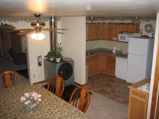 Tanana Loop Country Inn: Kitchen/Dining Area