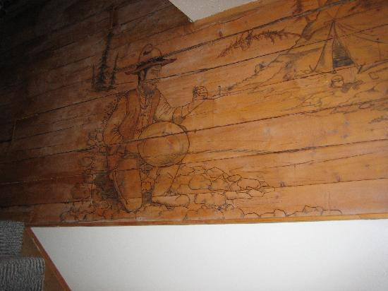 Tanana Loop Country Inn: The carved mural