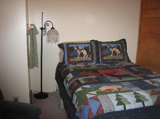 Tanana Loop Country Inn: The  beautiful quilt in our room
